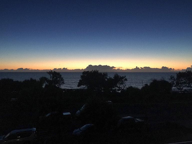 珊瑚海にのぼる朝日