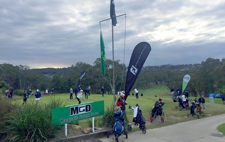 大会初日、チャールスタウンゴルフクラブ、 スタート直前の練習グリーンの様子
