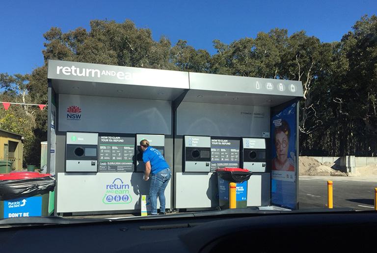 ベルモントゴルフクラブの駐車場にある自動販売機のようなリサイクルシステム